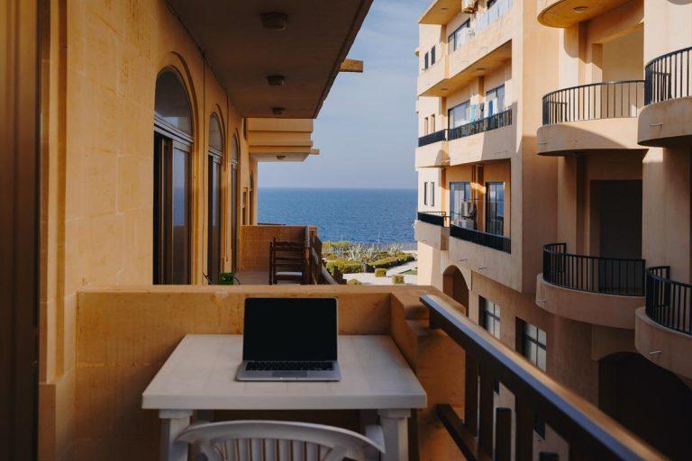 Co jest w stanie zapewnić osłona na balkonie?