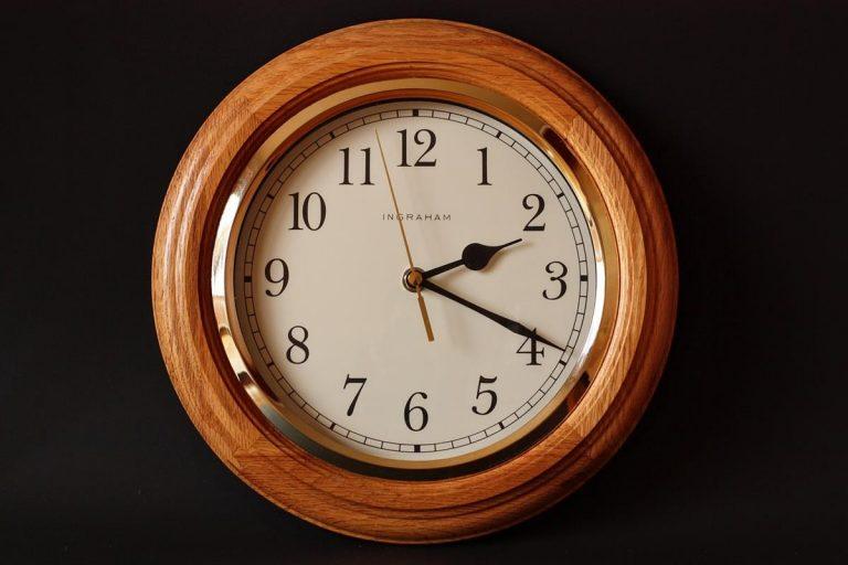 Zegary ścienne z nadrukami – najważniejsze atuty